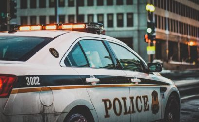 Policía en senderos de rock