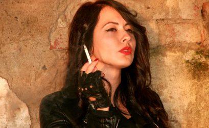 Chica fumando un cigarrillo