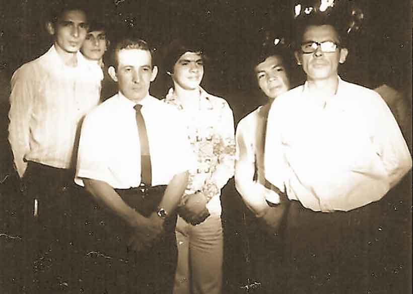Héctor Rojas con sus estudiantes en 1974