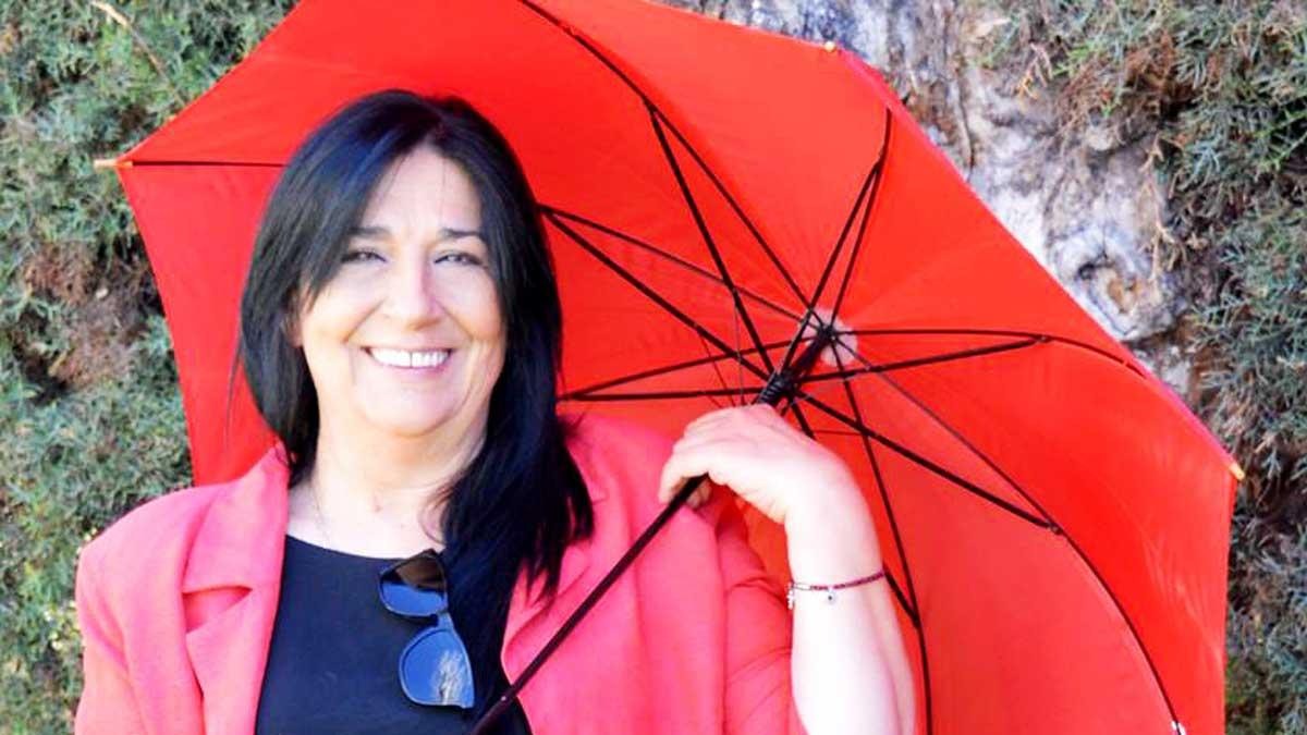 Antonia J. Corrales con paraguas rojo
