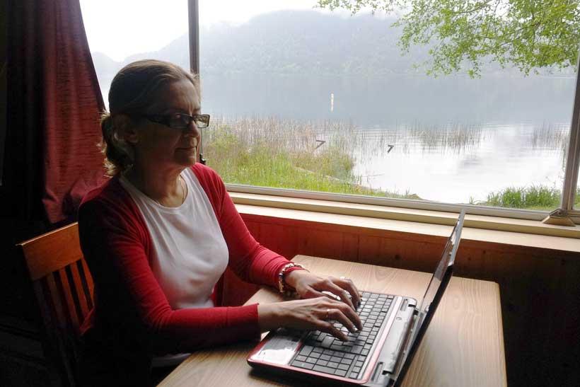 Escenarios reales: Mercedes Pinto, ante el ordenador, en el lugar donde Saúl escribió sus cartas a una extraña