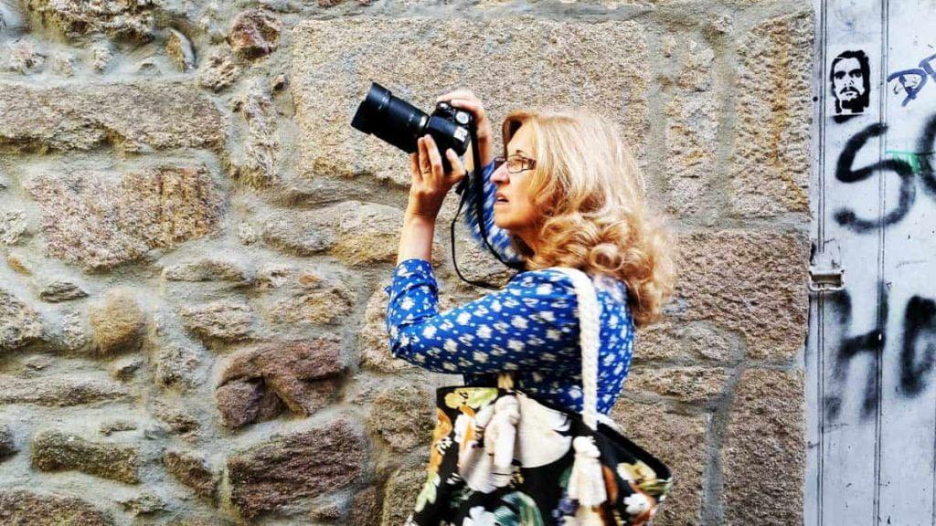 Carmen Torrico toma fotos para su nuevo libro