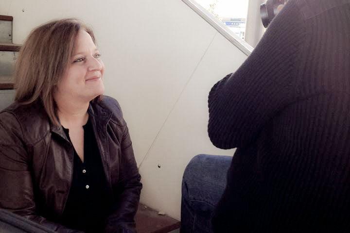 Beatriz Cáceres, autora de A tres pasos de Luna, novela que aterriza en El folletín de Libretería